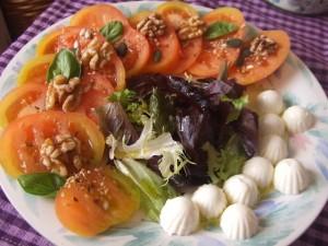 Ensalada de tomates Raf y queso fresco con semillas y nueces